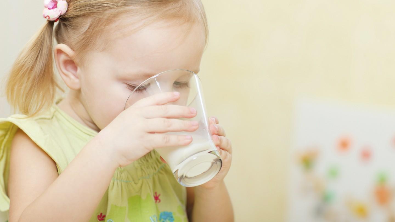 Trẻ mấy tháng uống được sữa tươi Úc